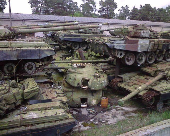 Кладбище танков в Киеве (22 фото)
