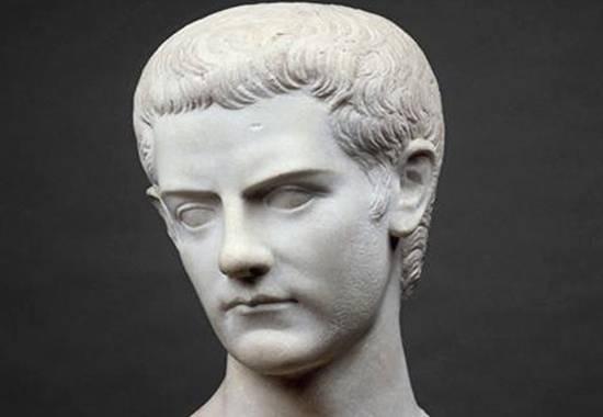 Калигула однажды «захватил океан» и привёз ракушки в качестве трофеев