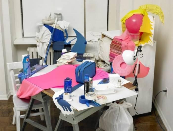 У художника на столе постоянно творческий беспорядок (2 фото)