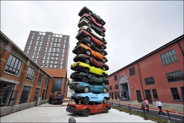 Башня из старых машин (7 фото)