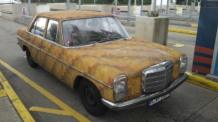 Старенький Mercedes покрытый вкусной оболочкой (3 фото)