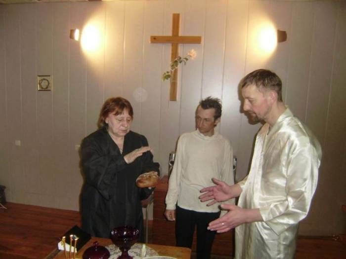 Крестим в тазике, промываем мозги, спасаем душу - недорого (15 фото)
