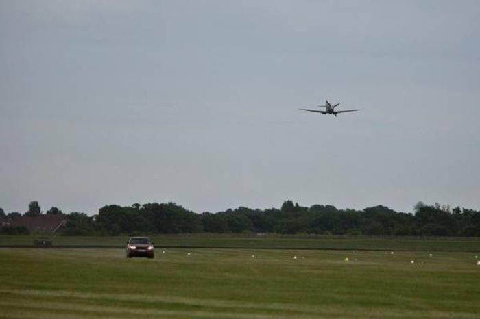 Range Rover против самолета Второй мировой (3 фото+видео)