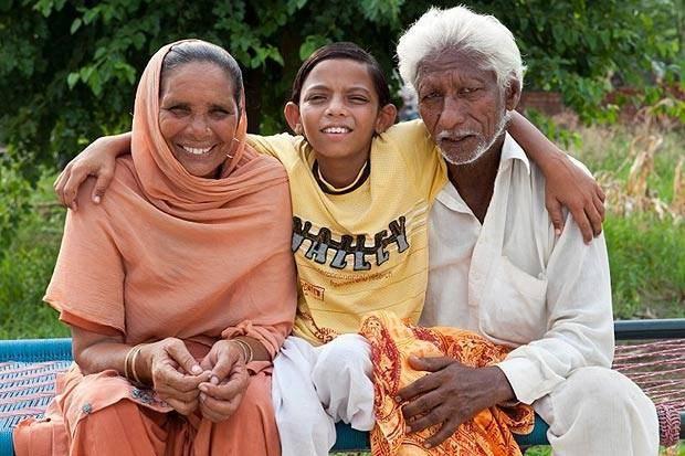 В Индии обожествили мальчика с хвостом (4 фото)