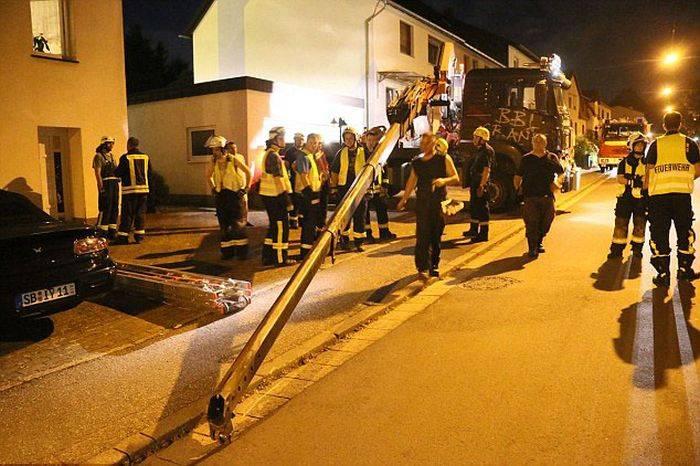 Пожарные спасли гиганта (13 фото)