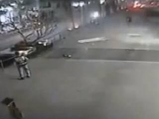 Автомобиль падает с многоуровневой парковки