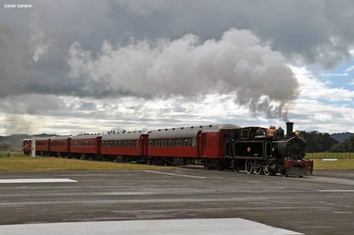 Аэропорт Гисборн - место где взлётную полосу пересекает железная дорога (5 фото)