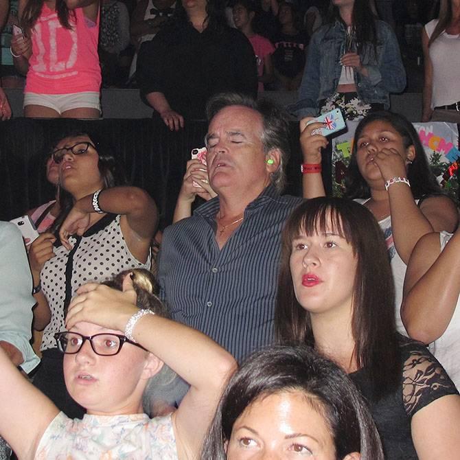 Папы ждут дочек с концерта (5 фото)