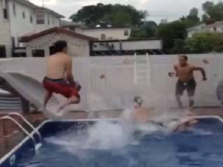 Сложный трюк в бассейне