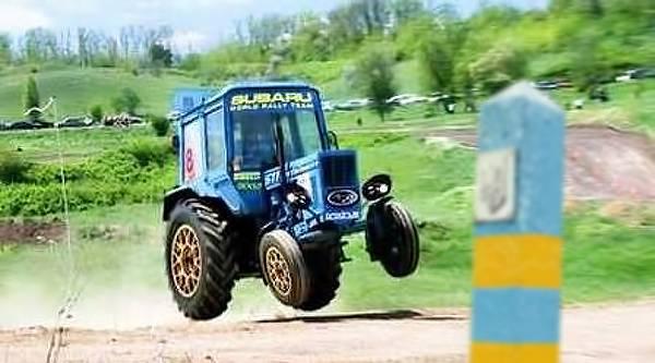 Пьяные россияне на тракторе вторглись в Украину (2 фото)