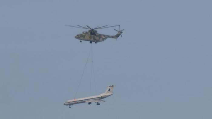 Самый большой вертолет перевозит Ту–134 (3 фото)