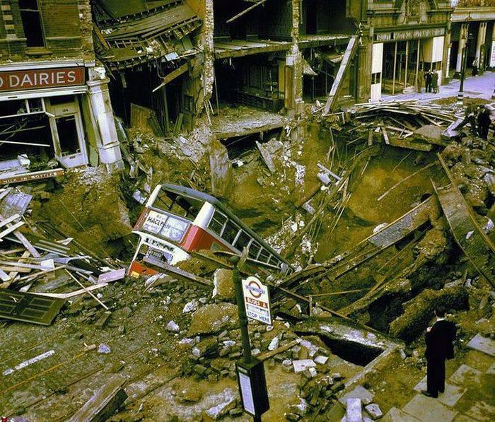 Последствия взрыва авиа бомбы в Лондоне, 1940 (3 фото)