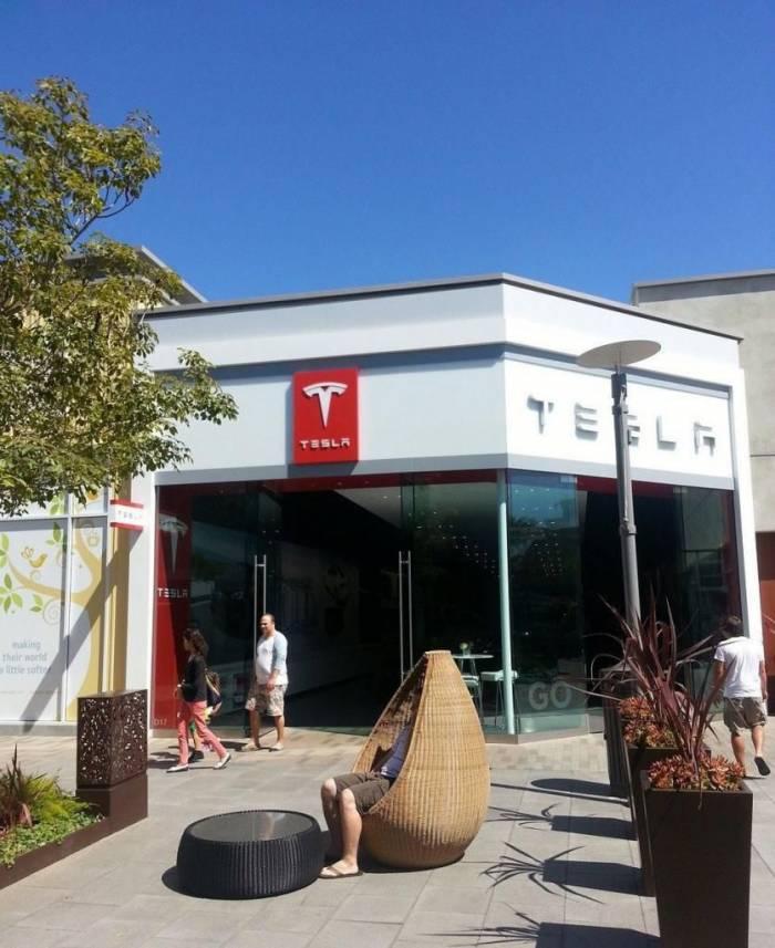 Автосалон Tesla в Калифорнии (28 фото)