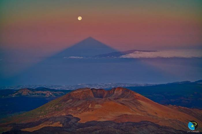 Невероятные тени от гор (13 фото)