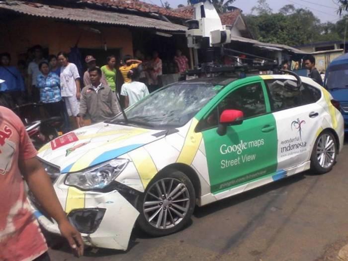 В Индонезии гугломобиль трижды за день попал в ДТП (3 фото)