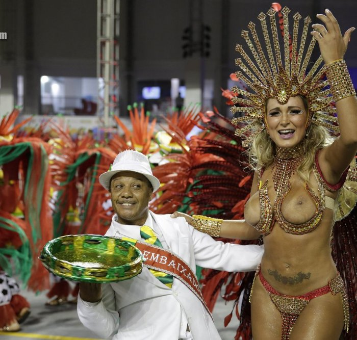 прикрывают свои смотреть оргии на карнавале в бразилии парочка, недолго