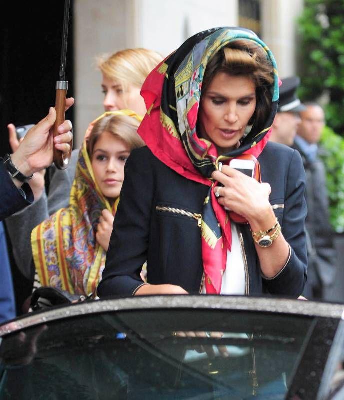 Синди Кроуфорд и ее красавица-дочь в Париже (10 фото)
