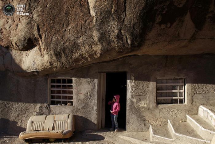 Огромный камень вместо крыши (5 фото+видео)