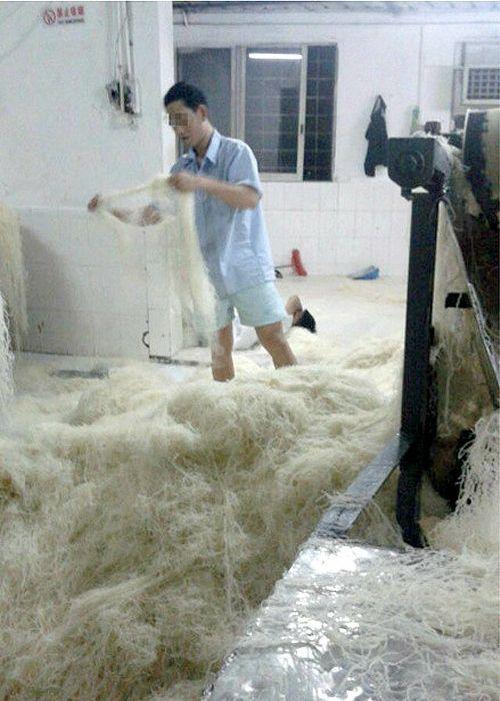 Санитарная обстановка на китайском производстве лапши (6 фото)