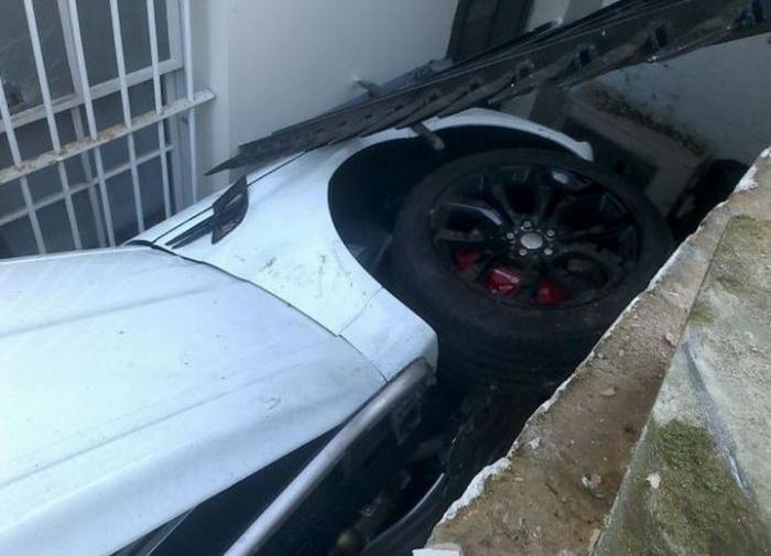 Range Rover провалилися в подвал здания в Лондоне (8 фото)