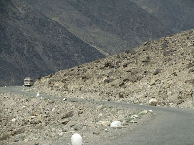 Самые опасные дороги в разных странах мира (90 фото)