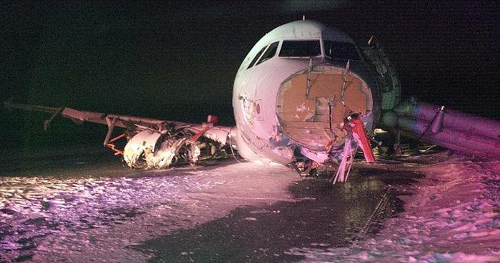Жесткую посадку совершил авиалайнер Airbus А320 (6 фото)