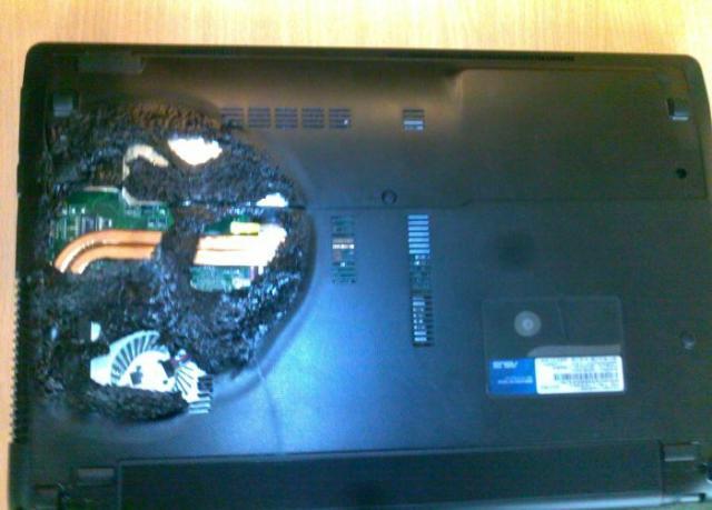 "Ноутбук привезли на сервис со словами: ""Немного перегрелся"" (7 фото)"