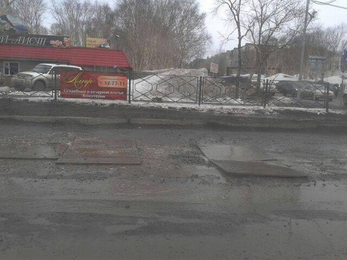 В Петропавловске-Камчатском ямы на дорогах «залатали» фанерой (5 фото)
