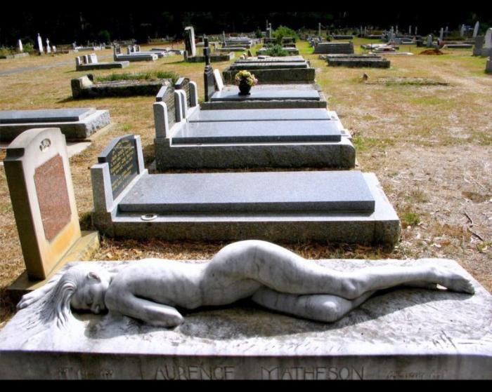 Если во сне заказываете плиту на свою могилу – это предвещает необходимость прибегнуть к тяжелому физическому труду.