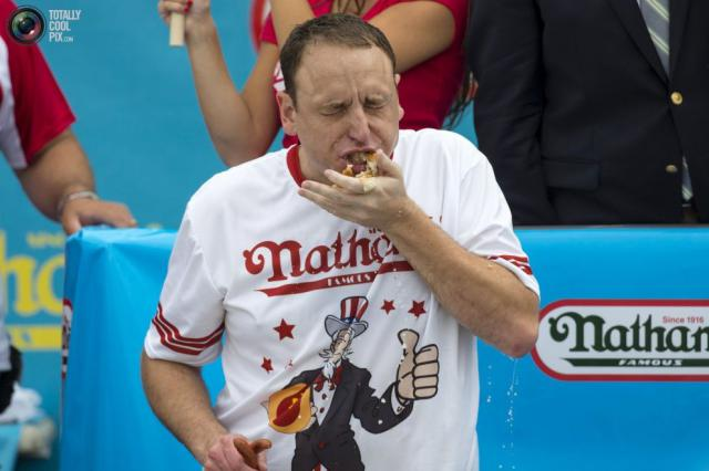 Соревнование по поеданию хот-догов Nathan's Famous (18 фото)