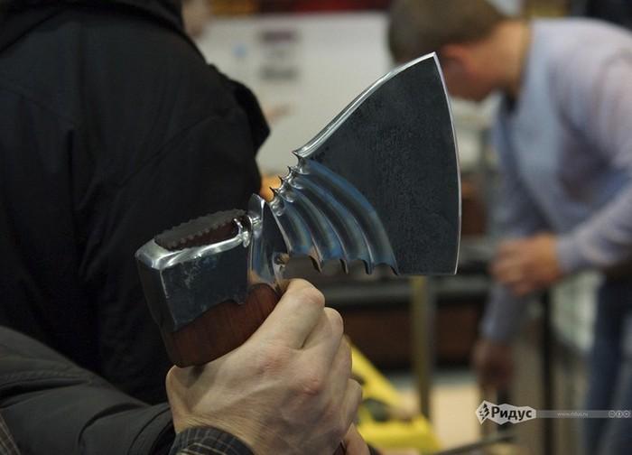 Уникальные экспонаты выставки современного холодного оружия (22 фото)