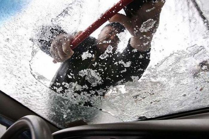 Как быстро избавиться ото льда на лобовом стекле (2 фото)