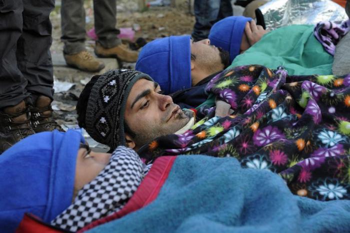Иранские беженцы зашили себе рты (17 фото)