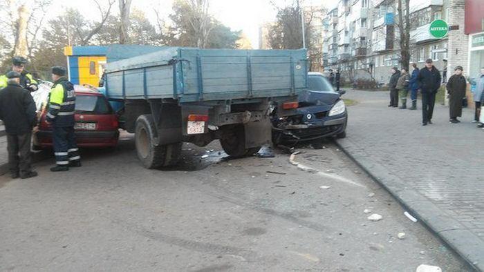 Пьяные угонщики грузовика стали крушить все на своем пути (5 фото)