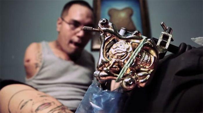 Безрукий тату-мастер набивает татуировки при помощи ног (7 фото)