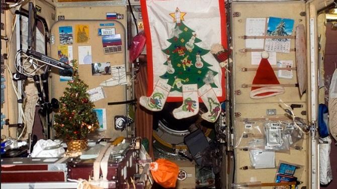 Рождество в космосе: веселые фотографии астронавтов на МКС (9 фото)