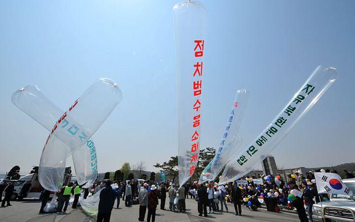 Северная Корея отправляет на территорию Южной Кореи шары (3 фото)