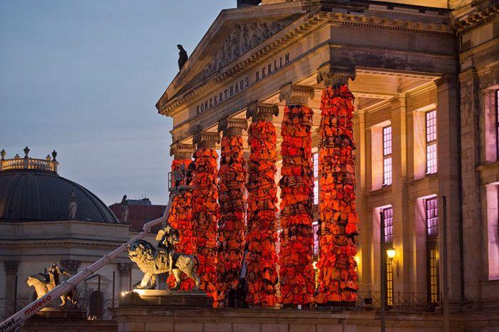 Колонны Берлинского театра покрыли спасательные жилеты (8 фото)