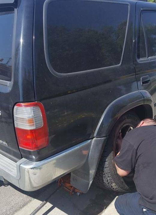 Что бывает, если забыть прикрутить колесо автомобиля (7 фото)