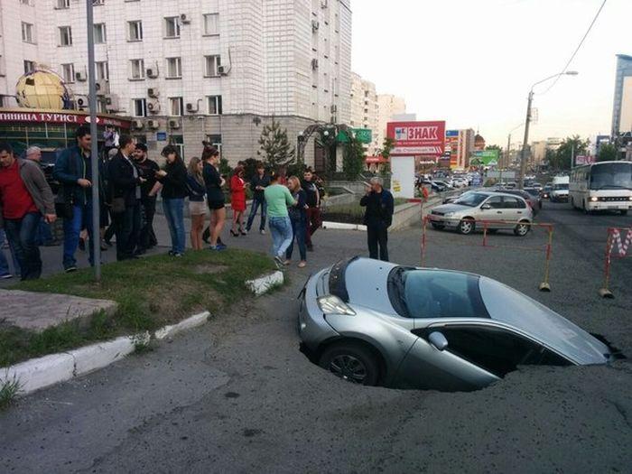 В Барнауле машина провалилась под землю (4 фото)