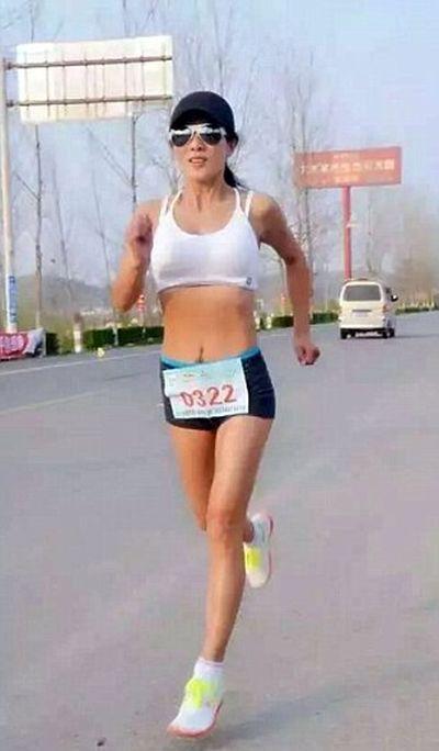 50-летняя китаянка удивила фигурой 20-летней девушки (10 фото)