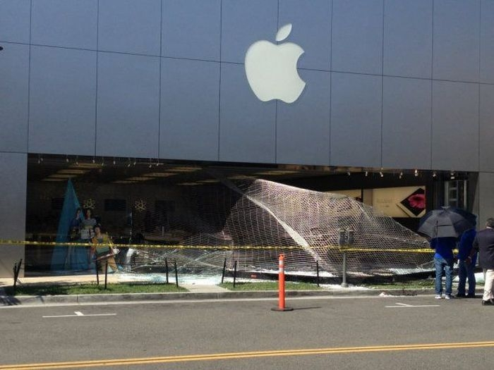 Это насколько же нужно хотеть iPhone, чтобы вломиться в магазин Apple (3 фото)