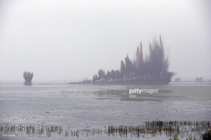 Подрыв дамбы в Китае (10 фото)