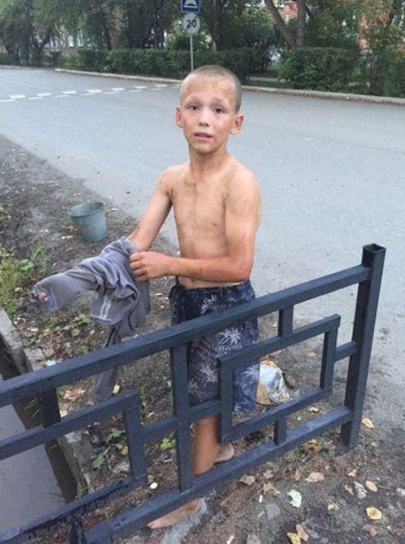 В Ревде 12-летний мальчик спас щенка, едва не утонувшего в сточной канаве (2 фото)