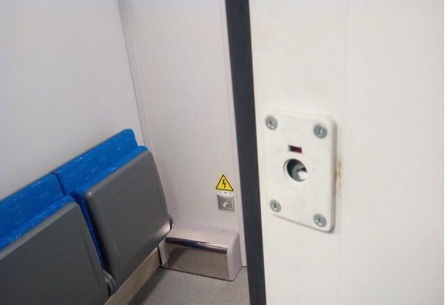 Новые поезда 'Ласточка' в первый же день пассажиры превратили в свинарники (8 фото)
