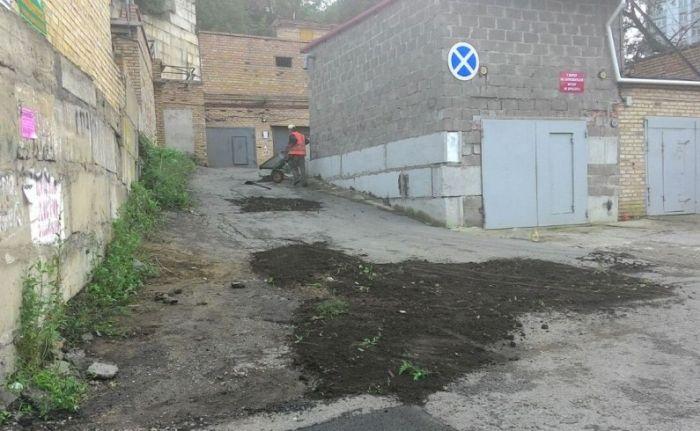 Во Владивостоке дорожники засыпали ямы землей из ближайших газонов (2 фото)
