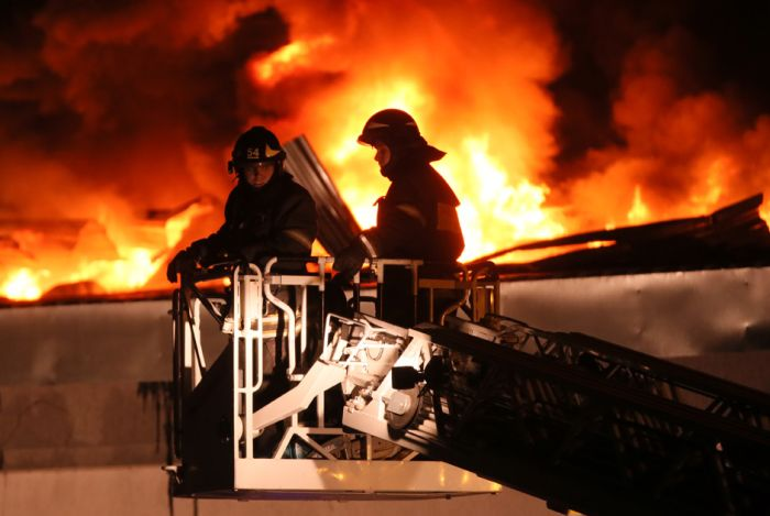 При тушении пожара на востоке Москвы погибли 8 пожарных (9 фото)