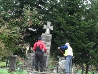 Поляки сносят памятник УПА