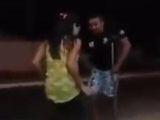 Зажигательный танец на одной ноге