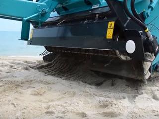 Трактор для очистки песчаных пляжей